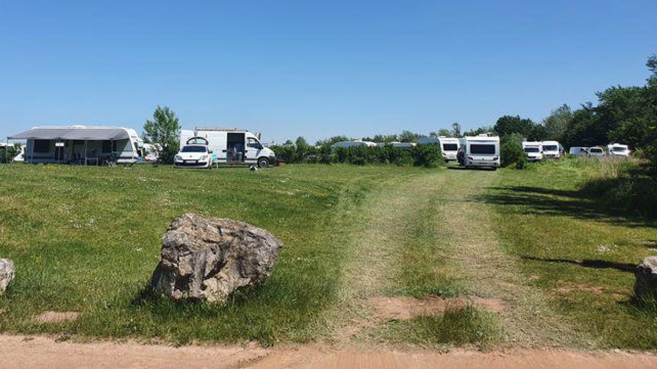 Le groupe s'est dispersé en deux pour désormais occuper un terrain de football d'Hesdigneul-les-Béthune à quelques kilomètres de là et une partie du parc de la Fossette de Barlin.