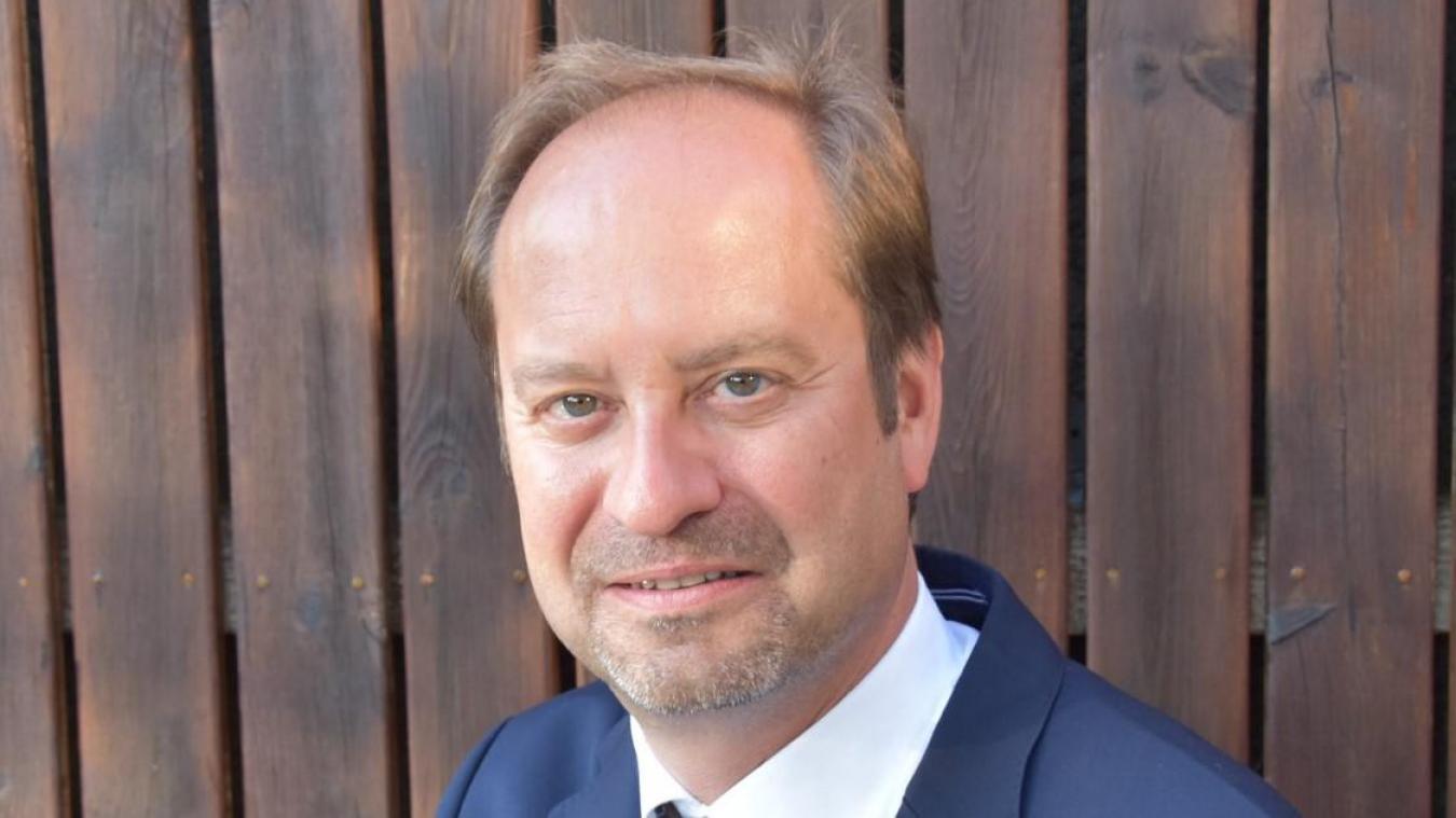 Depuis plus de 20 ans, Eric Vernier enseigne, écrit, recherche et conseille sur tout ce qui concerne le blanchiment d'argent, les paradis fiscaux et la fraude fiscale.