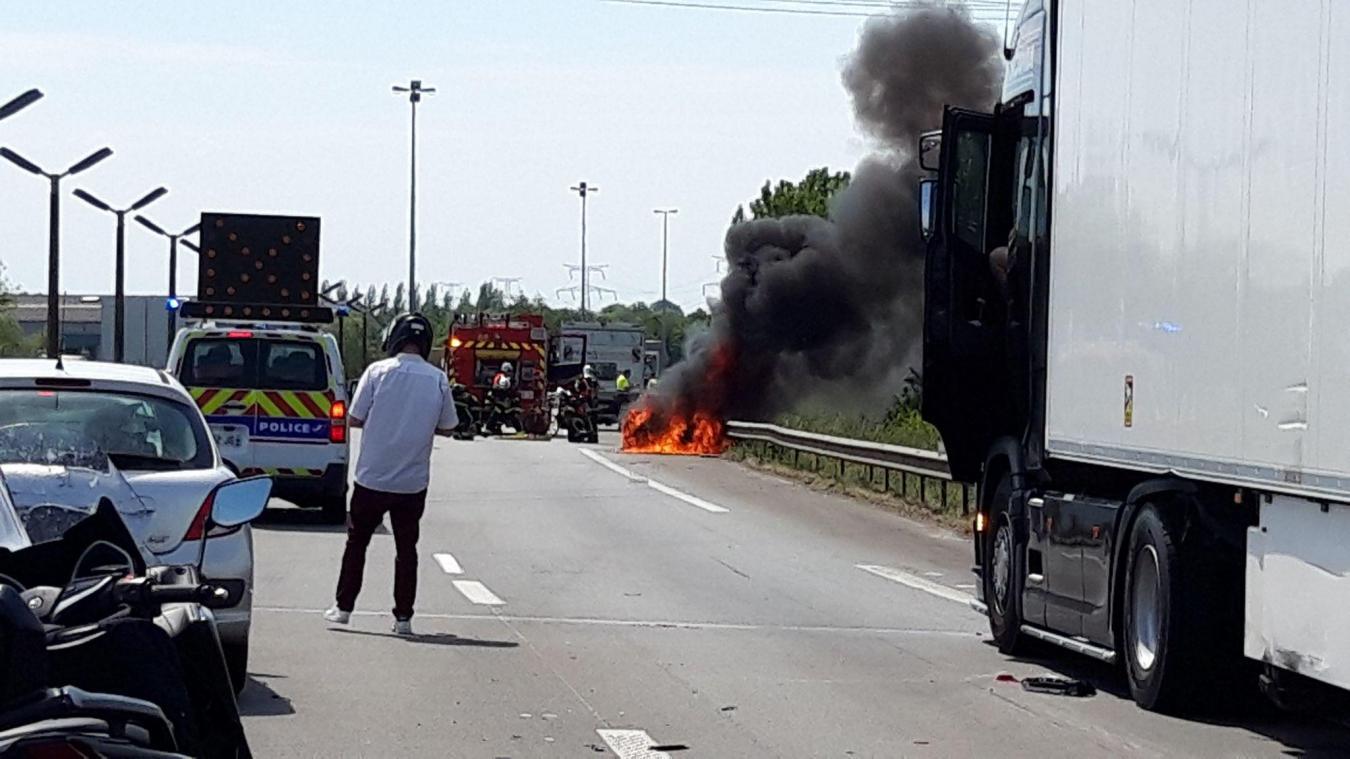 Une voiture en feu sur l'A16 entre Dunkerque et Calais (vidéo)