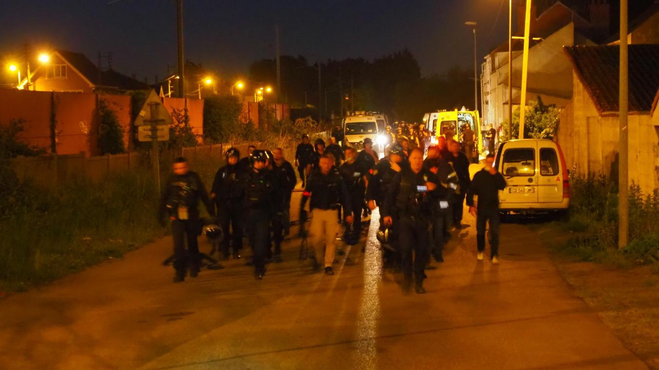 Plusieurs dizaines de policiers sont allés en reconnaissance à la recherche des blessés, mais ils n'étaient apparemment plus sur place.