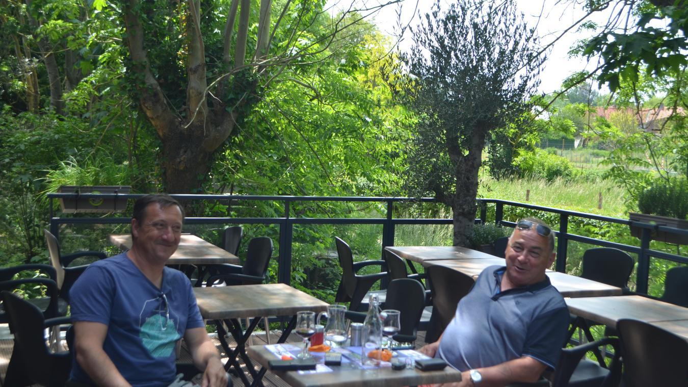 À l'image de Jean-Claude Hourriez, de nombreuses personnes profitent de la terrasse du Deauville.