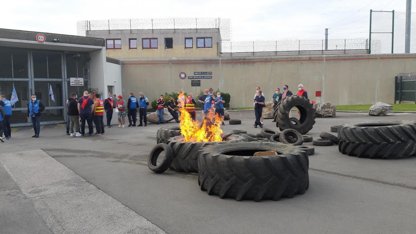 La fumée des pneus brûlés se voient aux alentours de la prison.