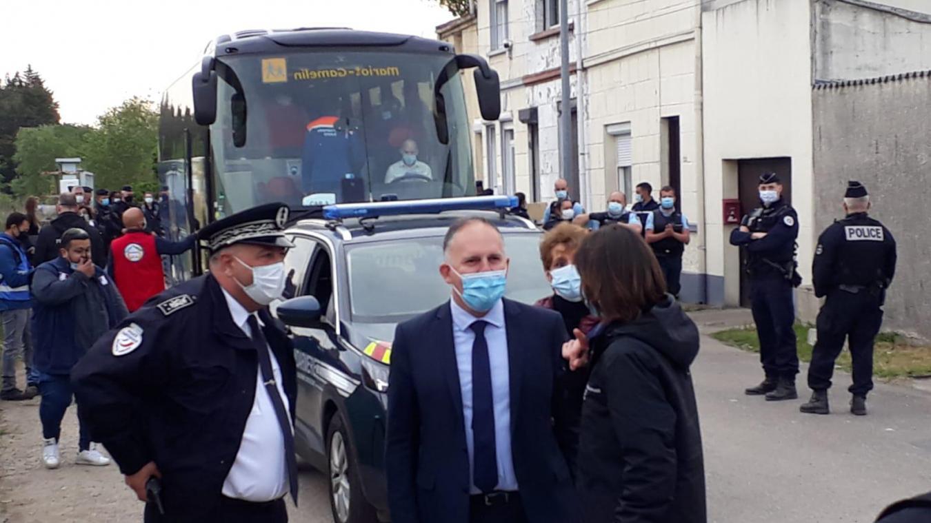 Des bus emménent les migrants dans des centres d'accueil et d'hébergement. Le préfet, Louis le Franc est sur place.