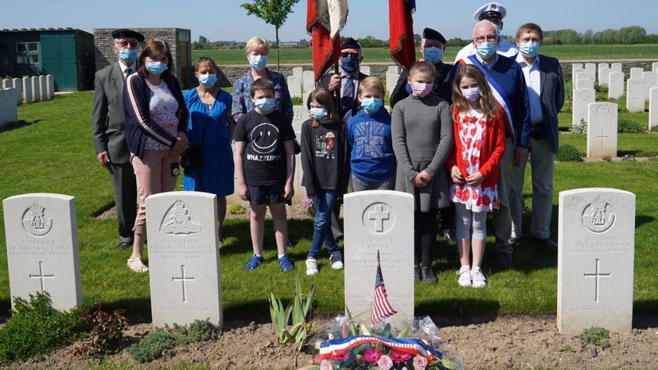 Écoliers, anciens combattants et élus se sont recueillis devant la sépulture de Gustav Kissel à La Gorgue.