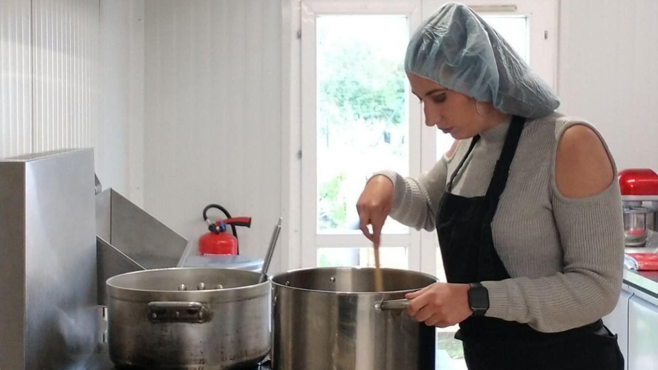 La jeune femme cuisine dans un local, à Cappelle-la-Grande, et les clients viennent directement chercher les commandes sur place.