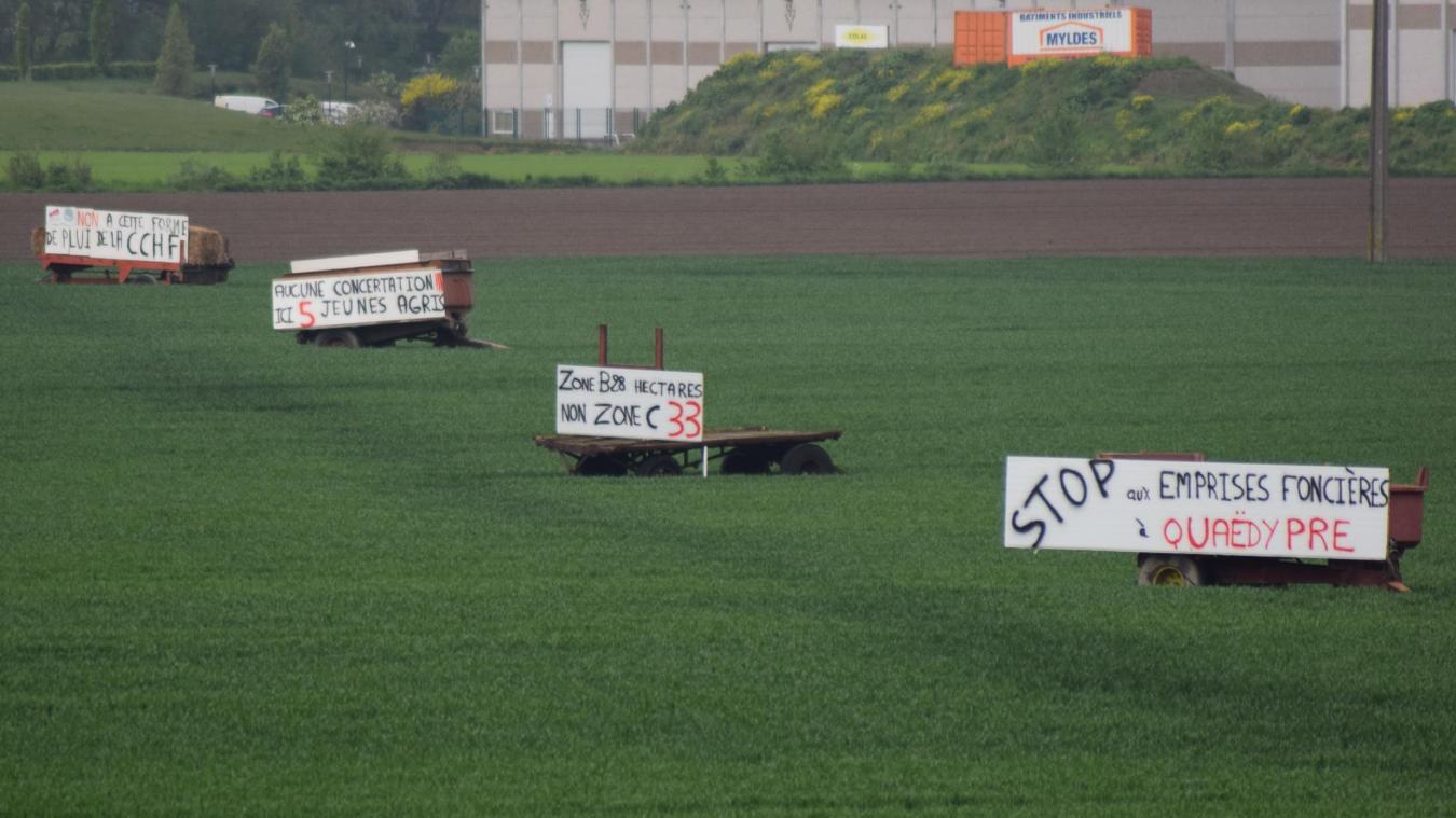 Les agriculteurs affichent leur opposition au projet de la zone économique de la Croix-Rouge C à Quaëdypre depuis quelques semaines.