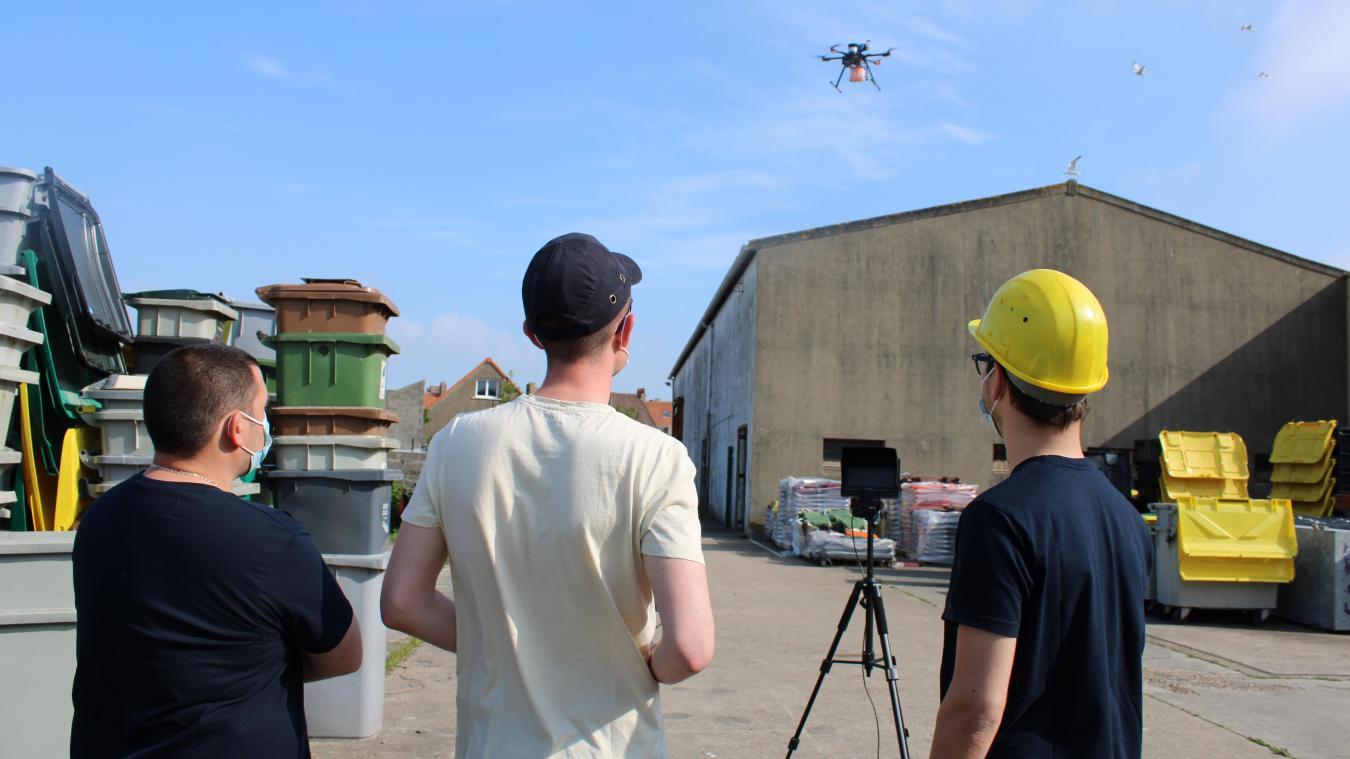Léo Tronet, entouré de Rémy Delcroix et Axel Miquel, pilote un drone pour chercher les nids de goélands sur les toits de maisons ou d'entrepôts, afin de les stériliser.