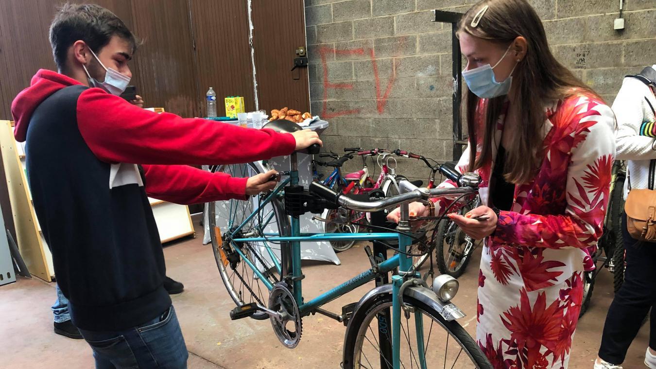 Agathe et Arnaud, deux services civiques, s'occuperont de vous donner des conseils pour réparer vos vélos.