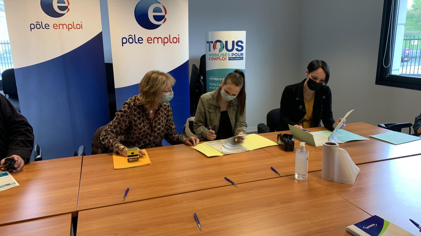 Recrutées par le restaurant La Taverne, Laura, originaire de Morbecque, et Madisson, de Vieux-Berquin, ont signé leur contrat mardi 25 mai.