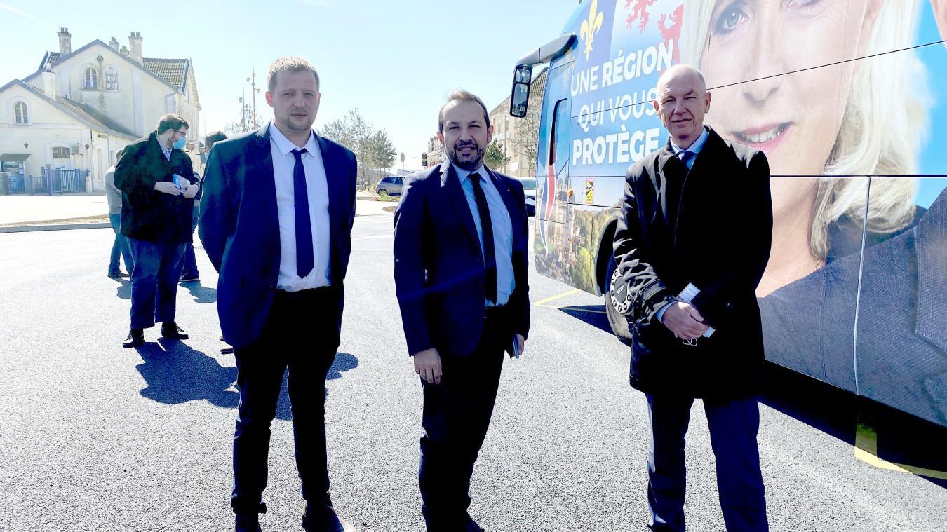 Sébastien Chenu (au centre) était à Etaples avec le Chenu Bus, vendredi 23 avril.