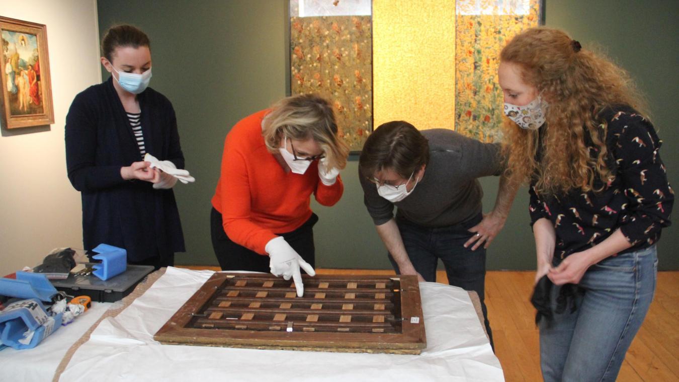 Inspection rigoureuse du tableau après restauration par Charlotte Sevrin (à droite).