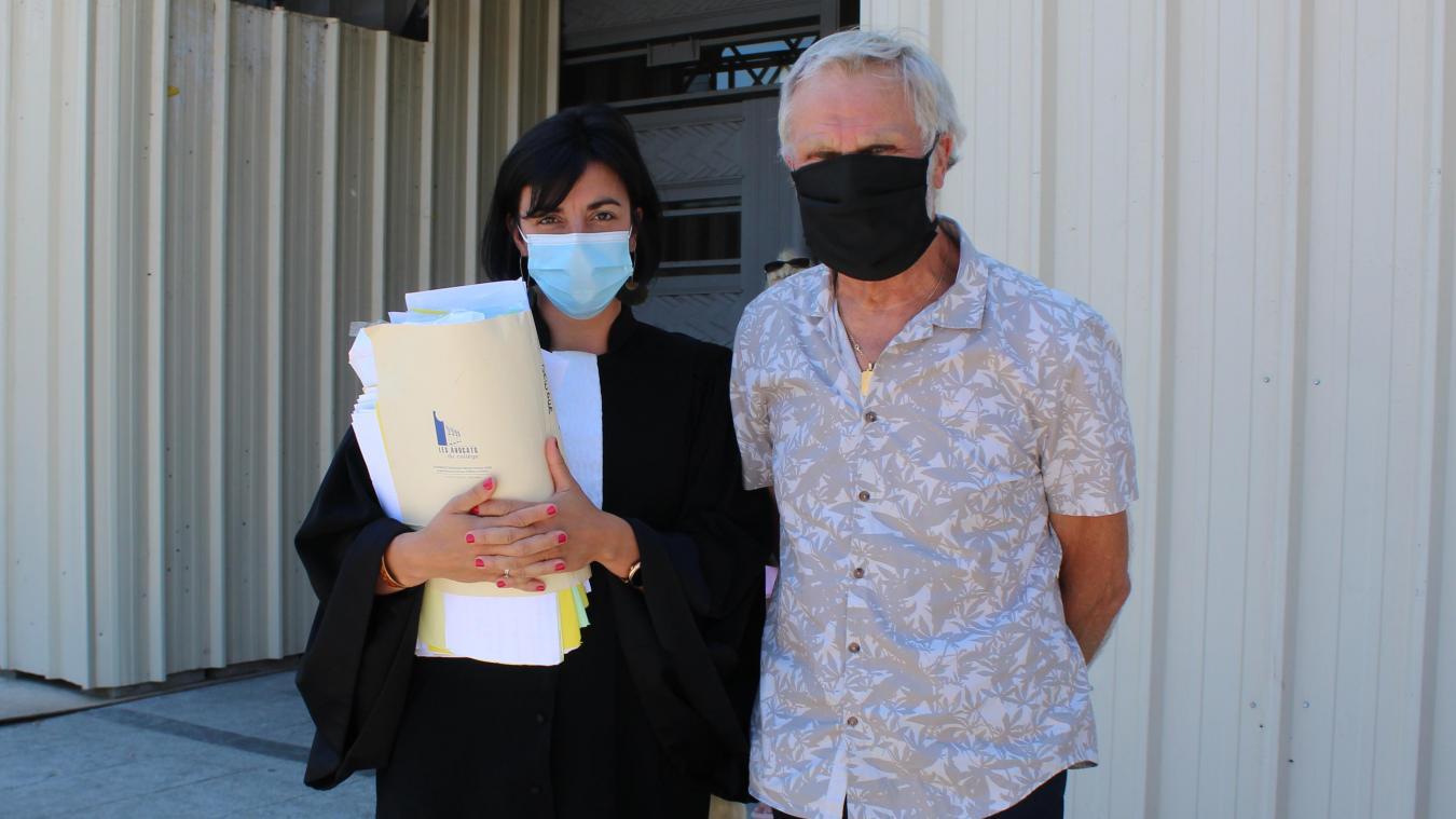 Daniel Dewalle (ici accompagné de son avocate) n'est plus attaqué en justice par la maire d'Houdain, Isabelle Levent-Ruckebusch.