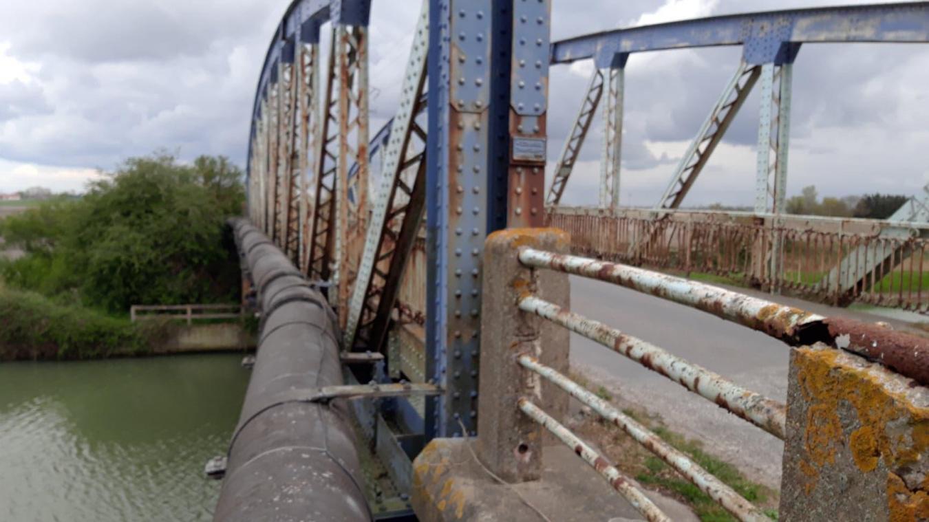 Le pont du Dieppe Straete à Brouckerque a été fermé pour raison de sécurité vu l'usure de l'ouvrage, le 5 mai dernier.