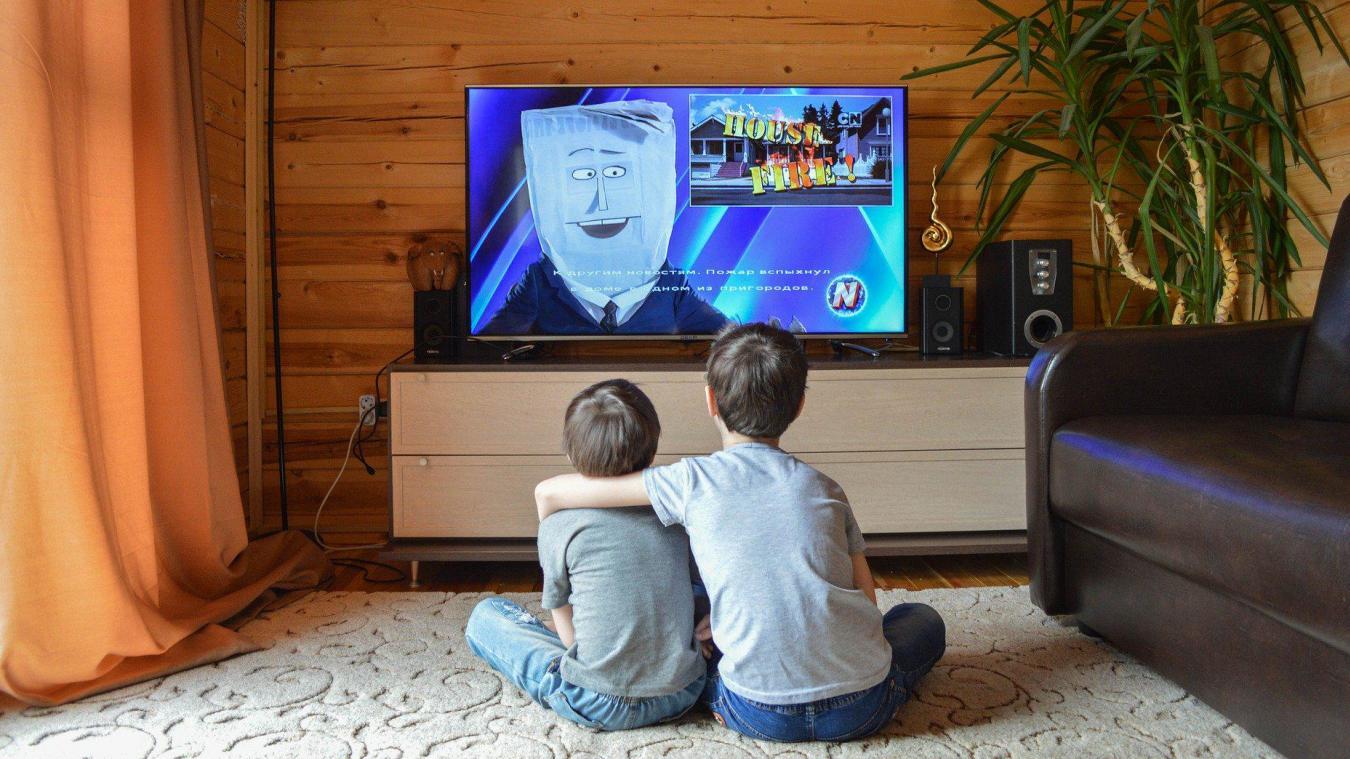 Allumer la télé pendant les repas réduit le développement du langage chez les jeunes enfants