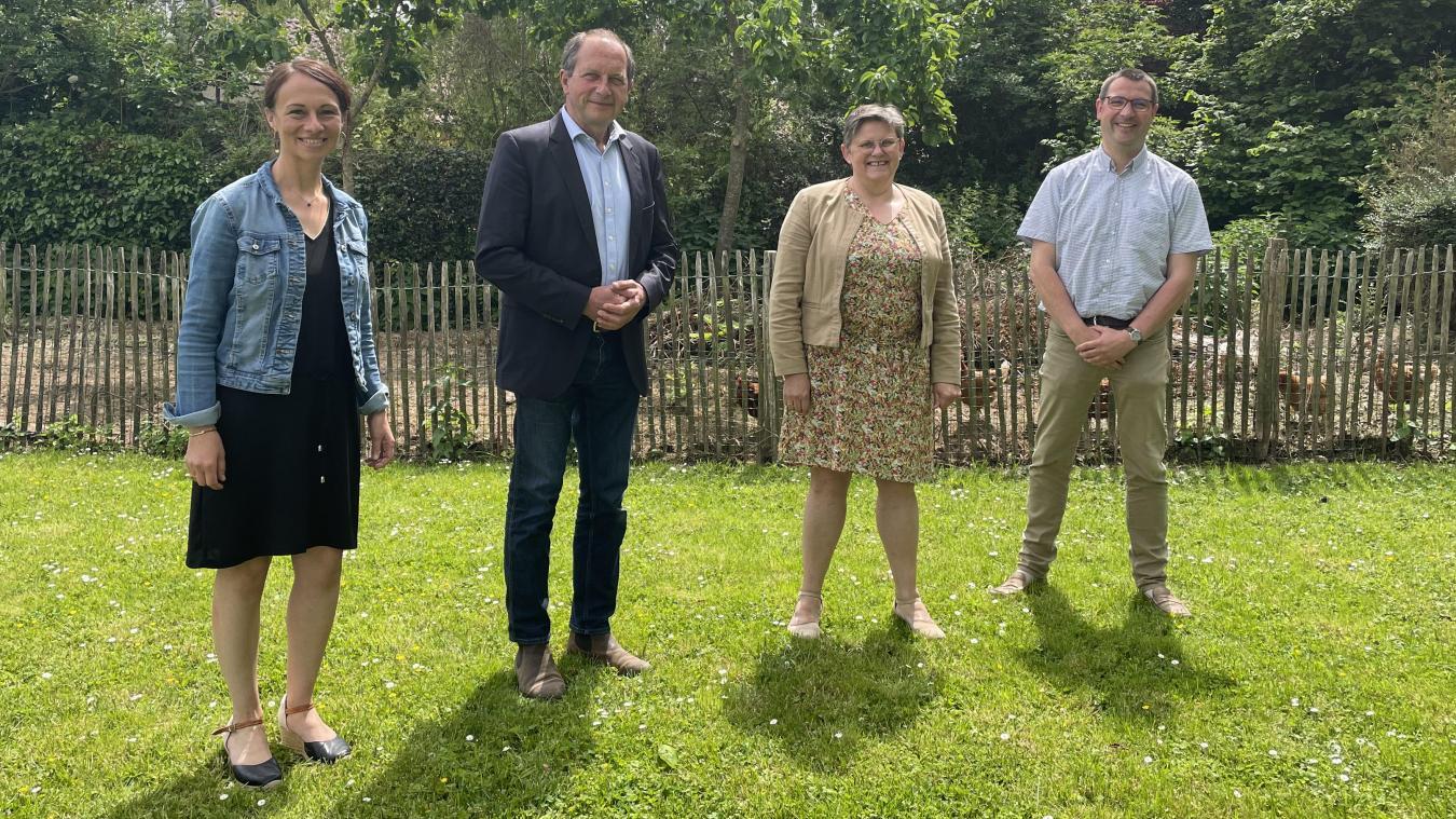 Patrick Valois et Anne Vanpeene (au centre) sont accompagnés de Céline Ingelaere (à gauche) et d'Alexandre Rommelaere (à droite).