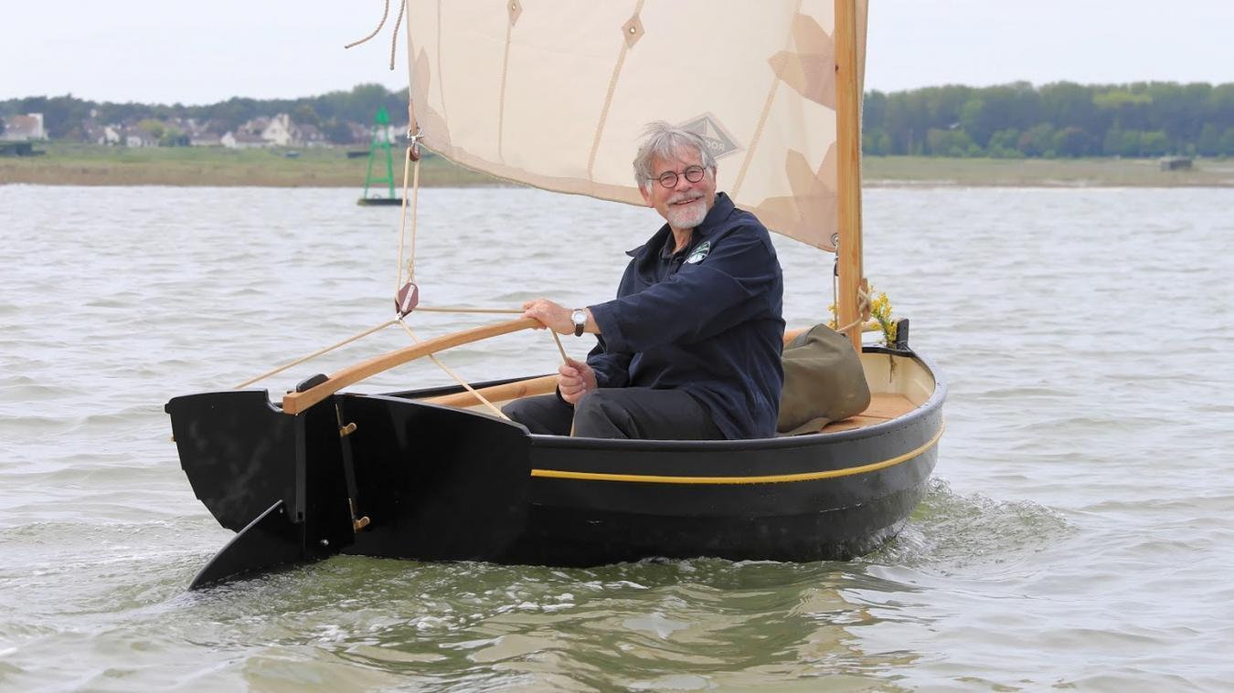 Hervé Deramond est fier de prendre la barre de son voile-aviron flambant neuf.