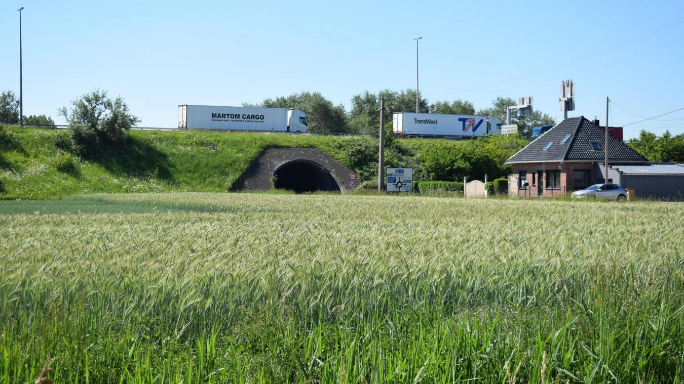 L'autoroute ne passe pas très loin du centre de la commune de Ghyvelde. Il y a même des habitations, rue Nationale, qui sont très proches... Le mur réclamé par la population ne pourrait être installé que de ce côté de l'A16, sur « deux ou trois kilomètres ».