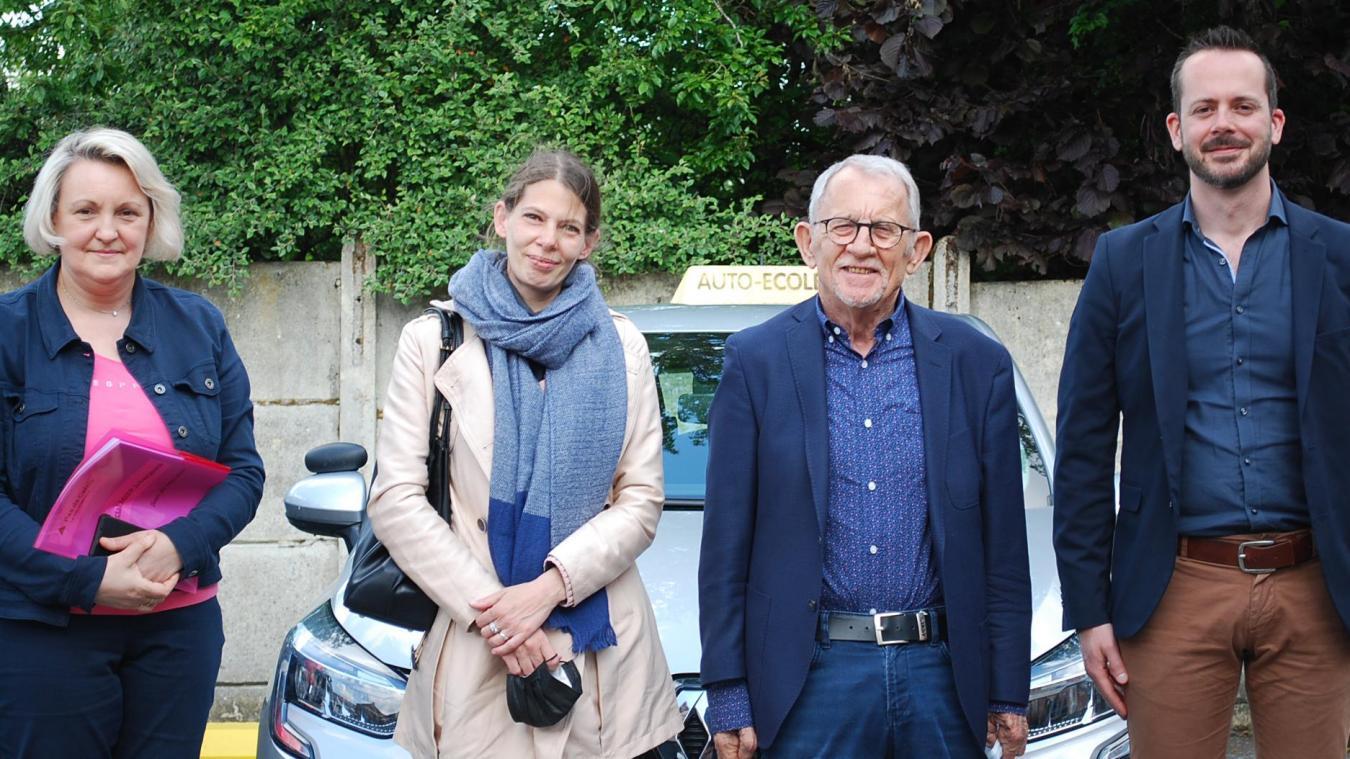 Au lancement du dispositif Permis social à Isbergues : Florence Wozny, Stéphanie stagiaire d'une session précédente, Jean-Claude Dissaux, élus départementaux et Mathieu Hauer, président de la MJEP d'Isbergues.