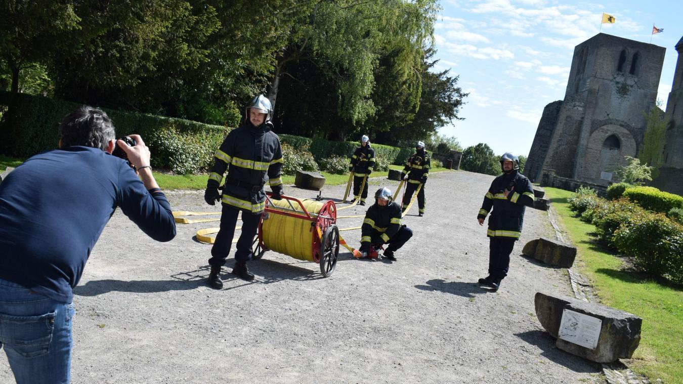 Les sapeurs-pompiers se sont prêtés au jeu des poses, sous un beau soleil, pour leur calendrier devant des monuments historiques et emblématiques de Bergues.