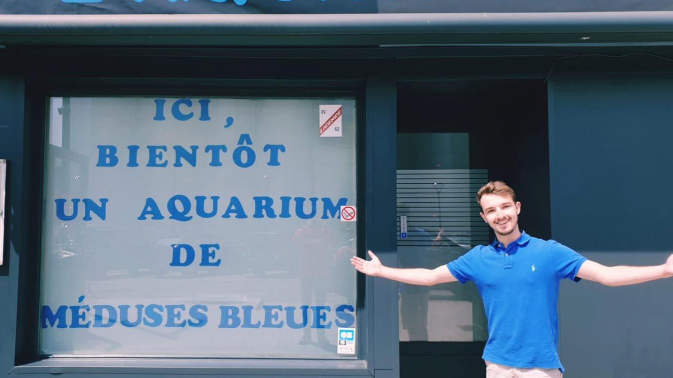 Après huit mois de travail acharné, Florent Brasselet va bientôt pouvoir ouvrir l'Aquarium, un bar avec un aquarium géant au numéro 67 de la place d'Armes à Calais. La date du 25 juin est évoquée.