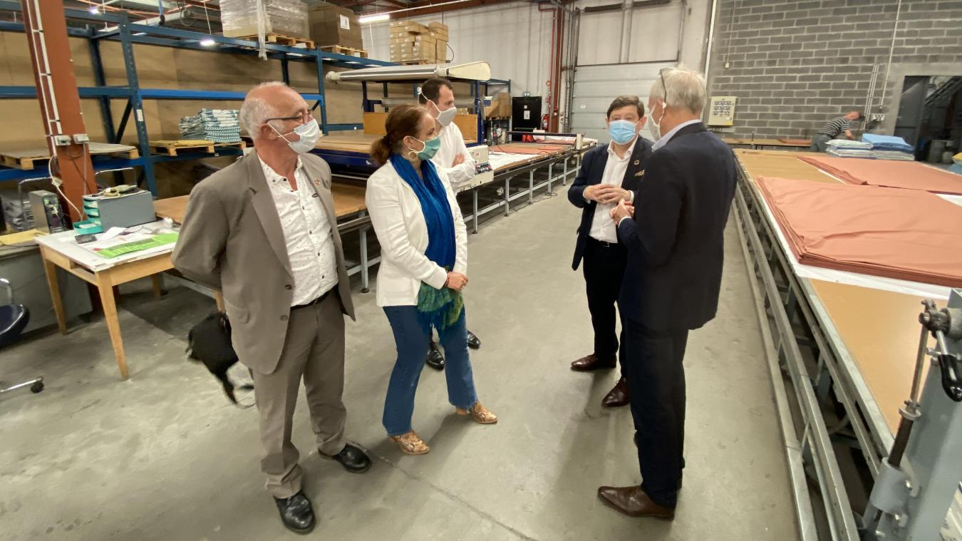 De gauche à droite: Alain Dubois et Jennifer de Temmerman, accompagnés de Patrick Kanner, ont visité l'entreprise Vanderschooten.
