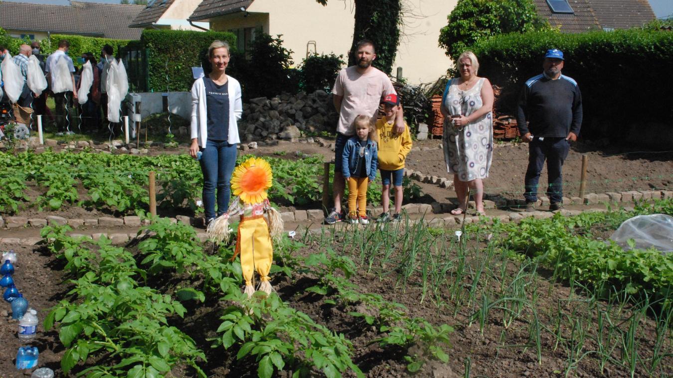 Barbara Demoineret, Alexandre Abel, Florence Mariette et Xavier Sailly cultivent le jardin partagé.
