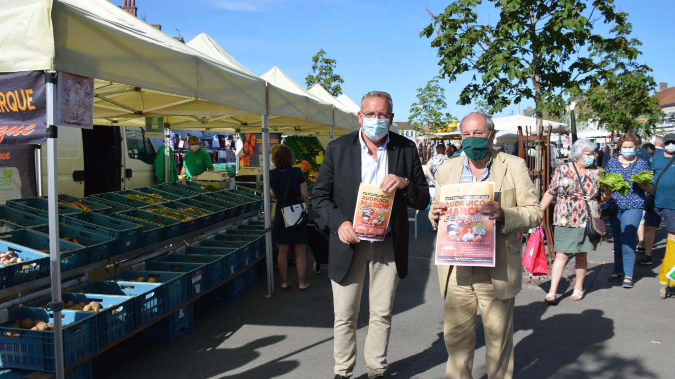 Olivier Planque, Premier adjoint, et Philippe Dewet, adjoint en charge du marché, avec l'affiche du marché estival, qui débutera le 2 juillet prochain.