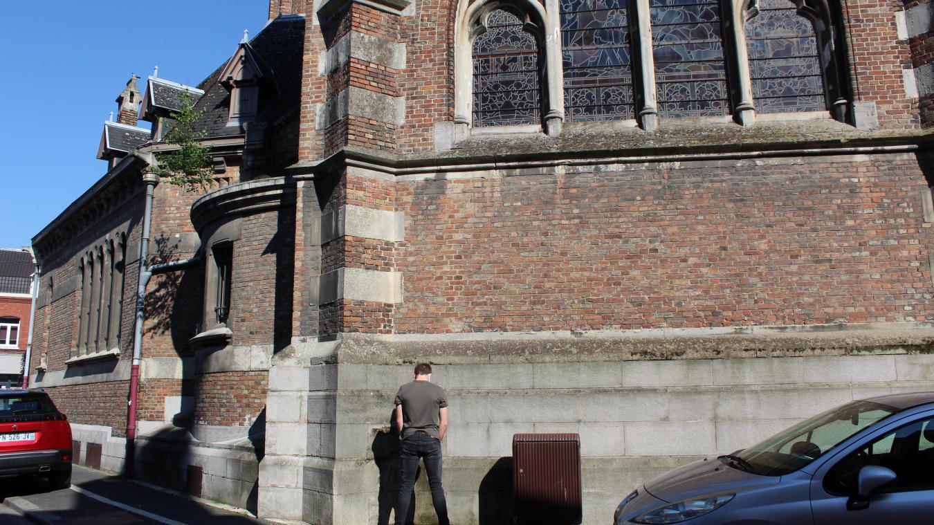 Les riverains constatent régulièrement des traces d'urine sur l'église Saint-Vaast.