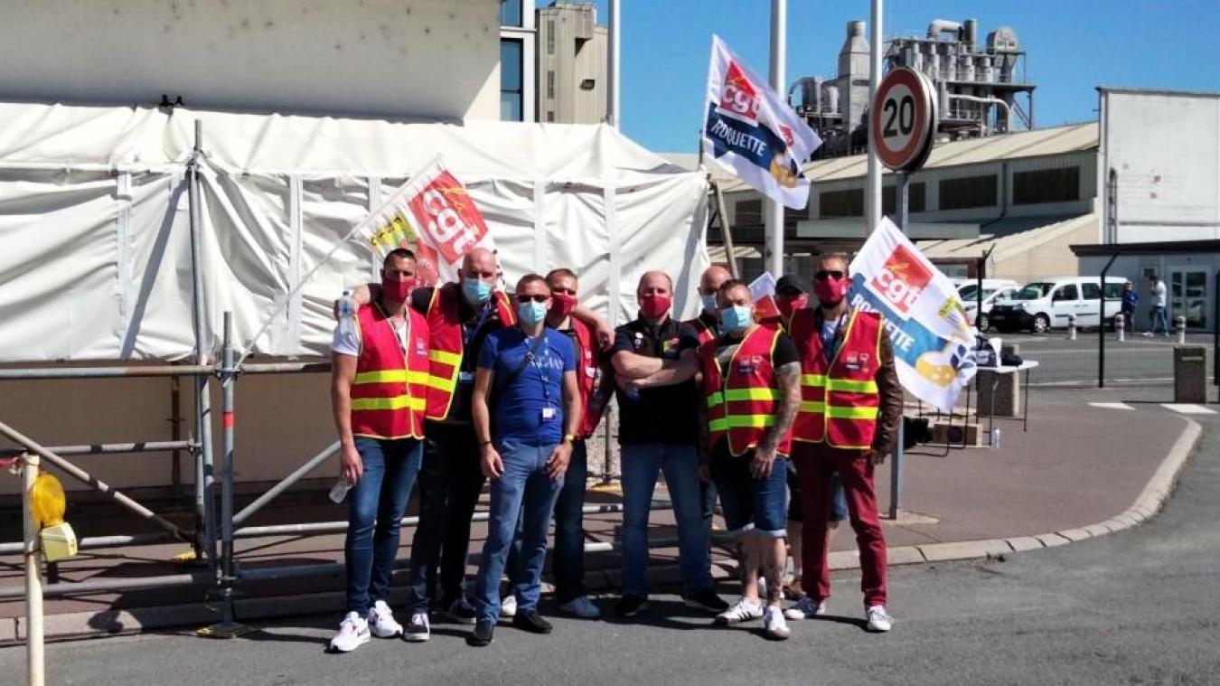 Les salariés et les membres de la CGT se sont rassemblés devant l'entreprise Roquette de Lestrem afin de distribuer des tracts.