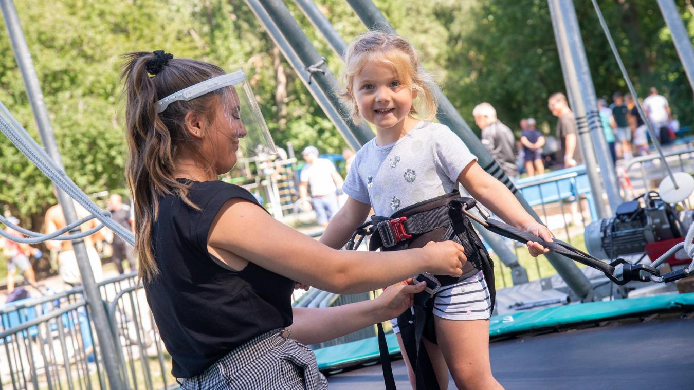 Océane (à gauche) s'occupe du stand des trampolines à élastiques au parc du Fort-Louis.