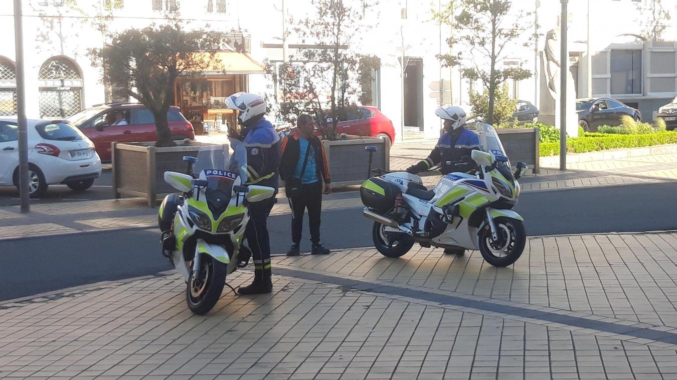 L'homme que l'on voit agressé sur la vidéo, quelques minutes après, aux côtés de policiers à moto.