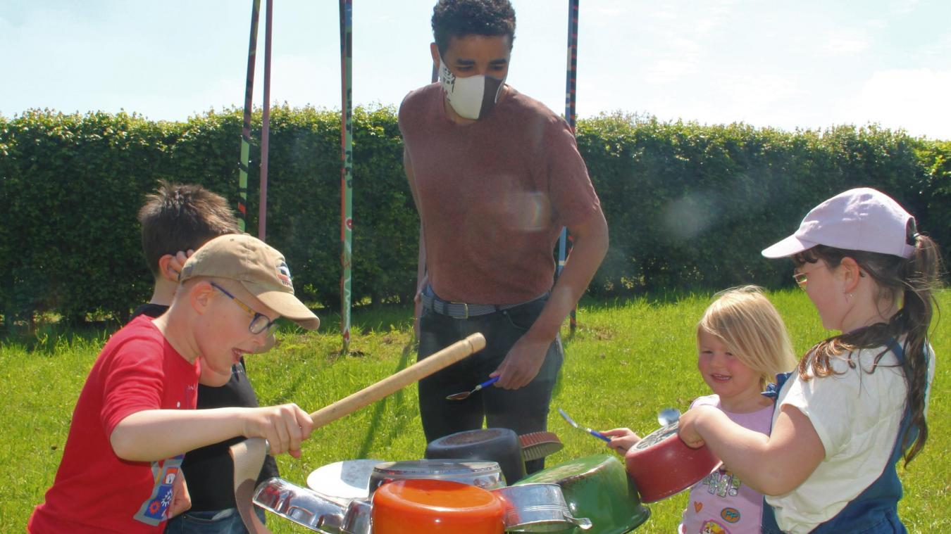 Gharib M'zouri et les jeunes percussionnistes de la batterie de cuisine.