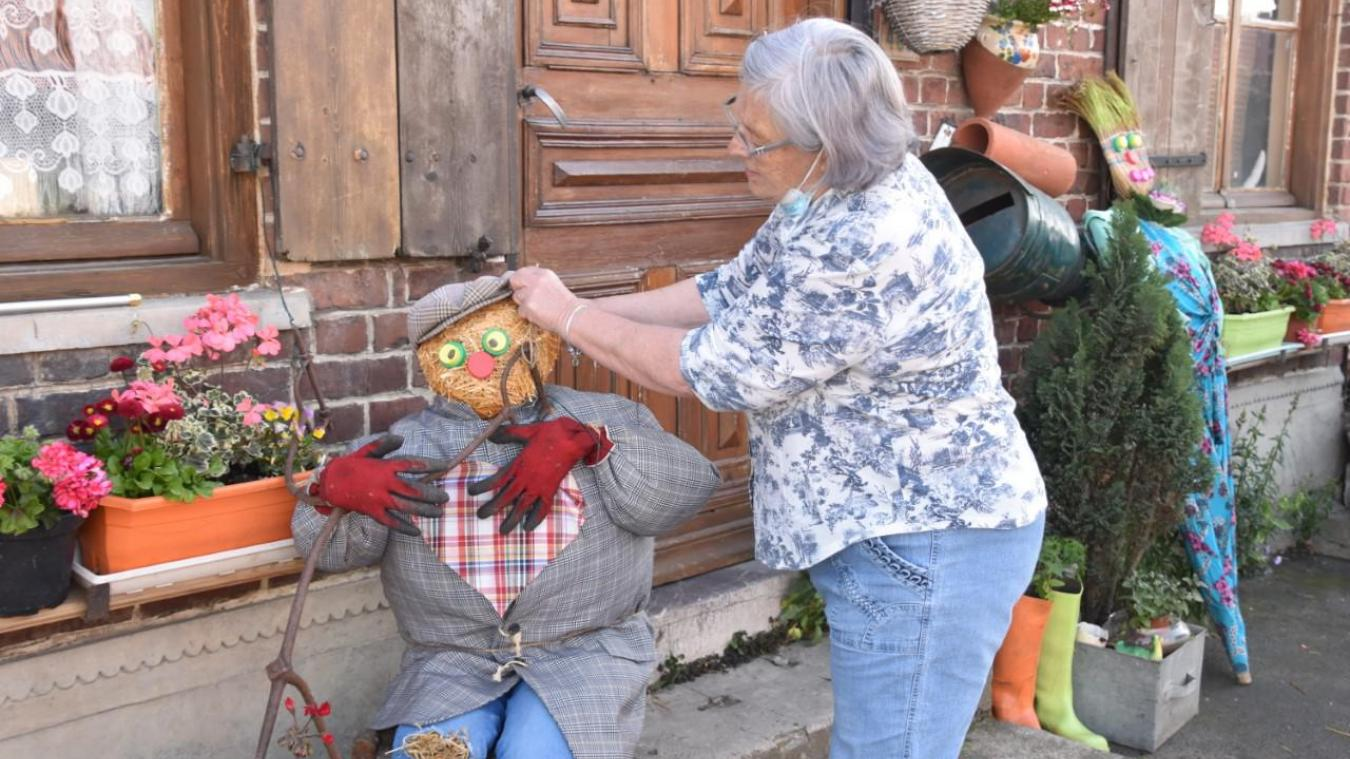 Les créations de Brigitte Badts donnent des idées aux villageois gagnés par l'épouvantail mania.