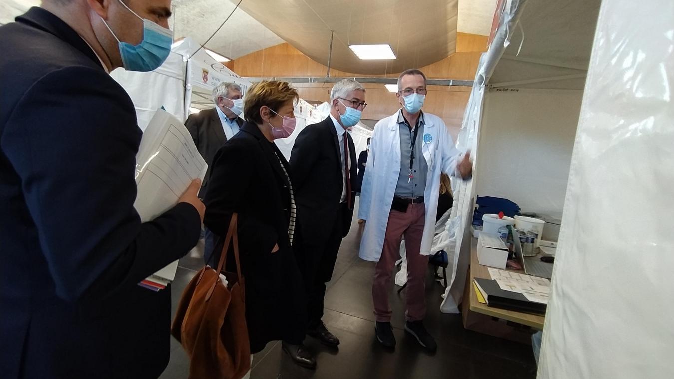 Natacha Bouchart, maire de Calais avec Benoît Vallet, directeur général de l'Agence Régionale de Santé (ARS) Hauts-de-France, lors de la visite du centre Gambetta pour l'annonce de la fusion.