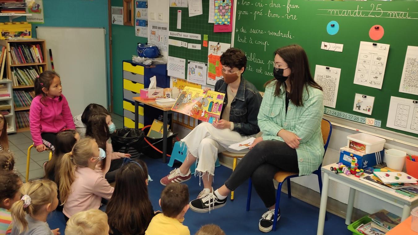 Marcelina (à gauche) et Petra devant un parterre d'enfants très attentifs.