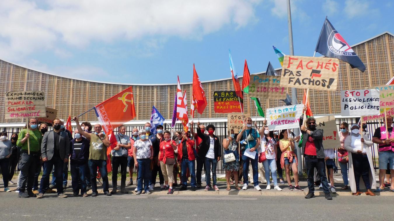 Sur leurs pancartes, on pouvait lire « Expulsons la haine de Calais », « Place à la solidarité », « A bas le fascisme et le racisme », « Fachés, pas fachos » et « Stop les violences policières »