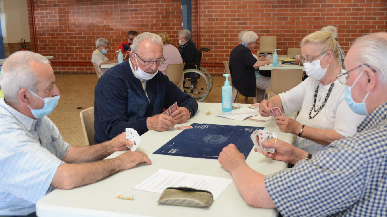 Les aînés sont heureux de se retrouver pour leur traditionnelle partie de cartes.