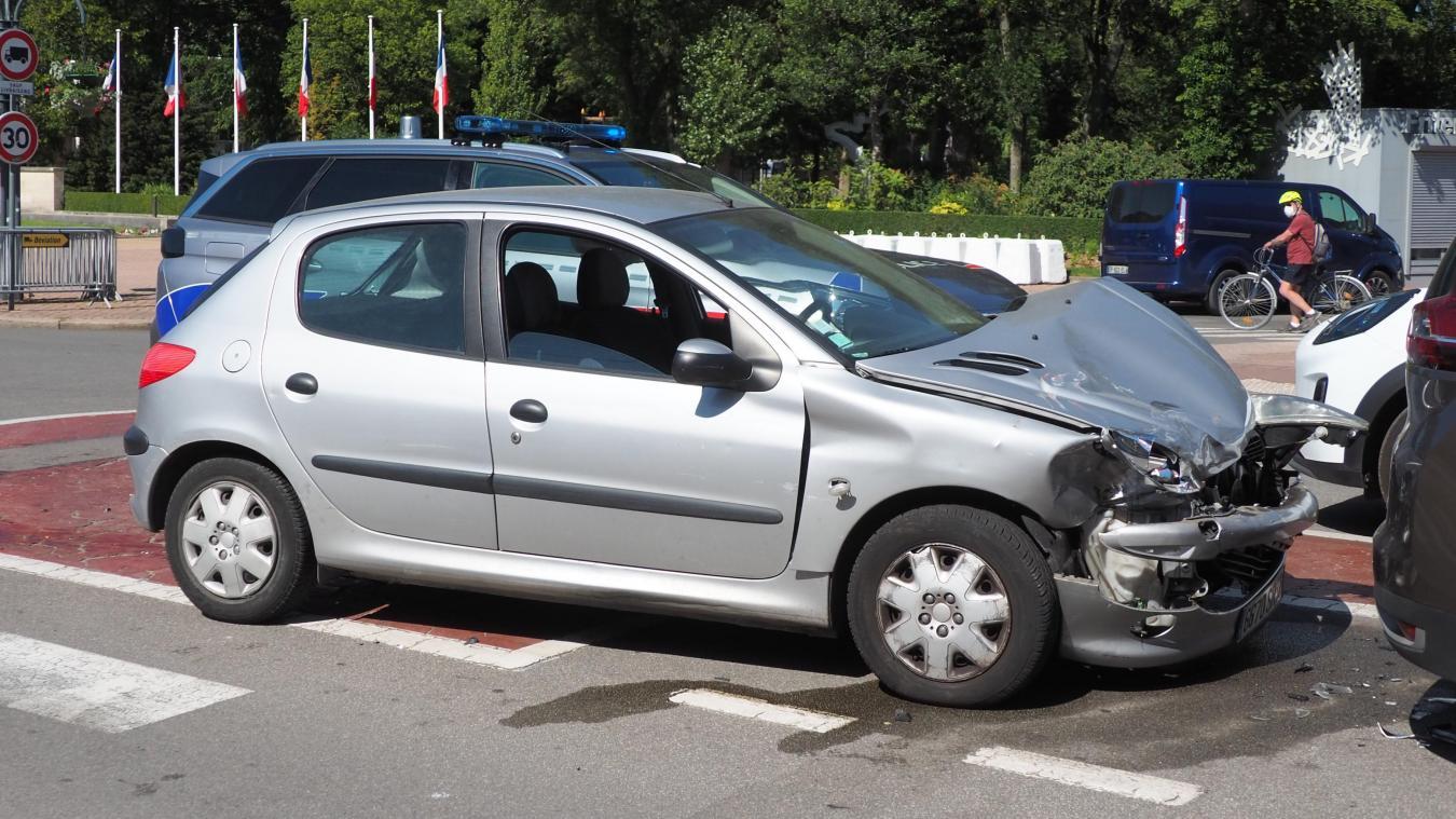 La Peugeot a été projetée sur l'allée centrale, place du Maréchal Foch.