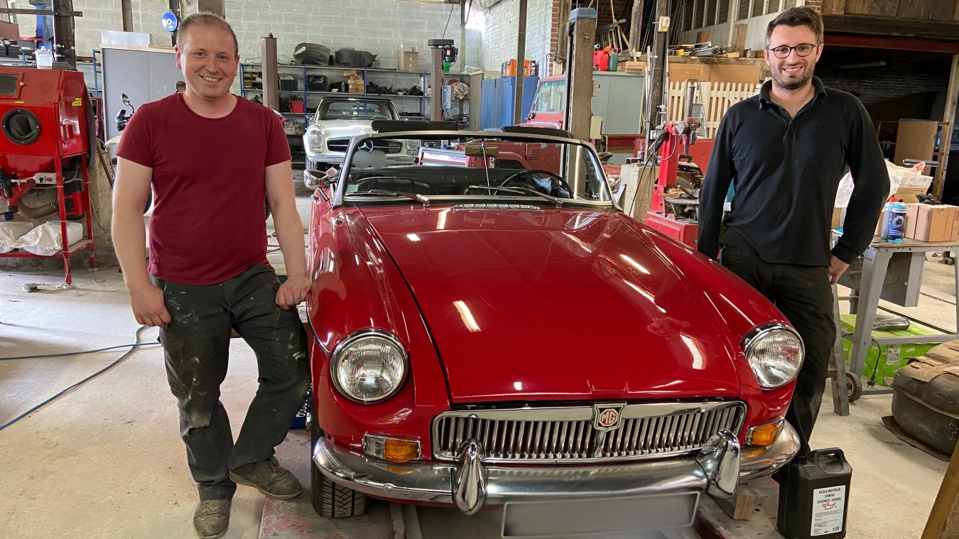 Matthew et Rémi sont en train de faire la révision d'une MG B.