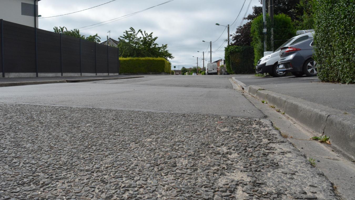Au carrefour de la rue des Violettes, la rue s'est abîmée à la suite des mouvements du sol.