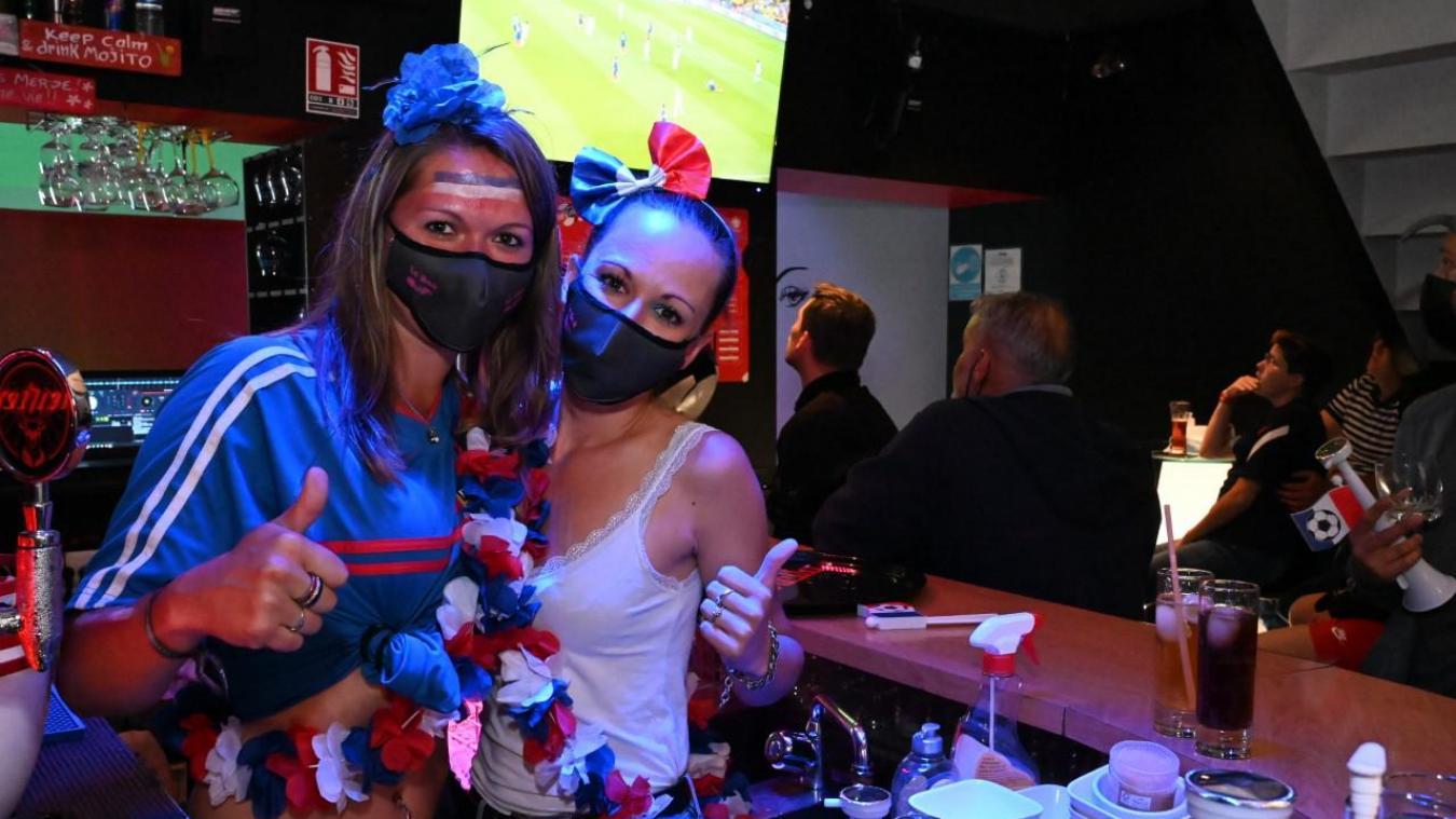 Au Bar Ouf, Pauline, la patronne (en bleu), et Laetitia, la serveuse, se sont mis aux couleurs de l'équipe de France pour travailler ce mardi soir.