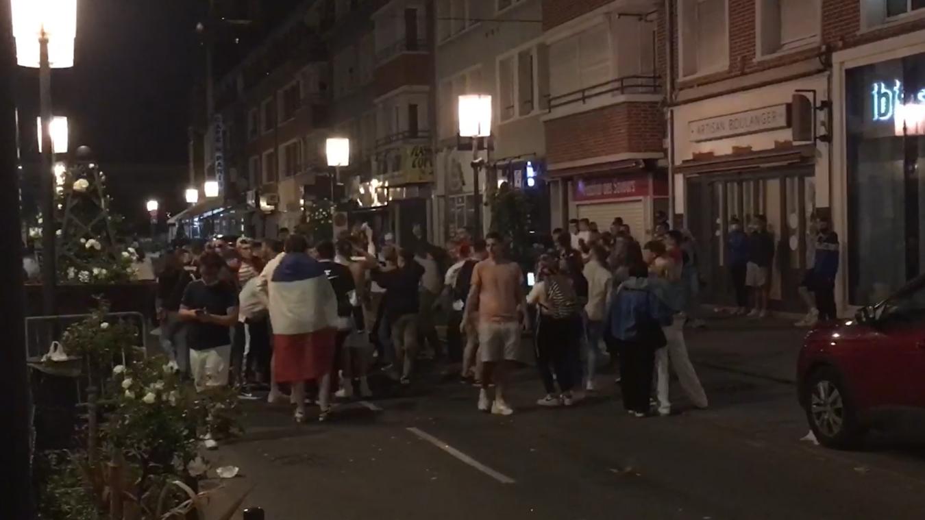À 23h30, des petits groupes de supporters étaient toujours dans les rues de Calais pour fêter la victoire.