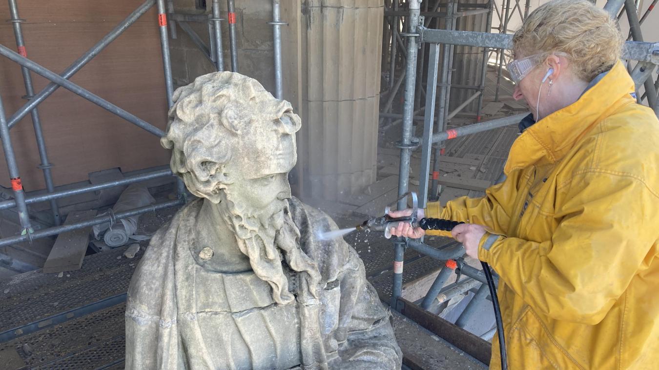 L'utilisation d'un karcher est nécessaire pour nettoyer les statues, avant d'utiliser un scalpel hydraulique pour les finitions.
