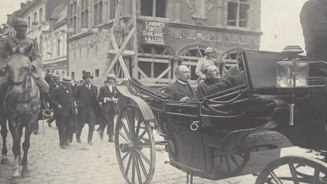 Le ministre de l'Agriculture, Edmond Lefebvre du Prey, passant devant le Bailliage.
