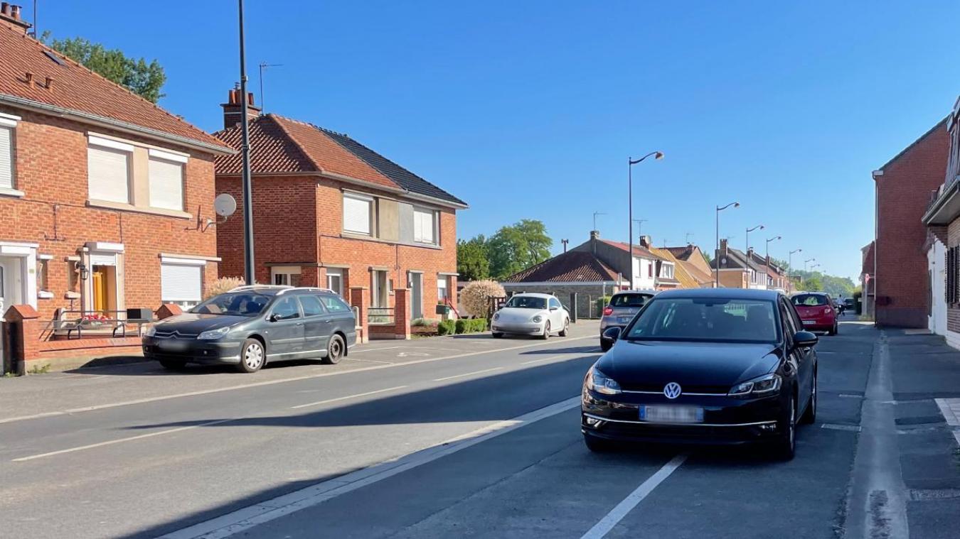 Route de Bergues, les riverains ne garent pas correctement leurs véhicules dans les emplacements réservés.