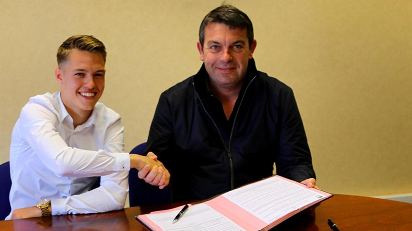 Tom Ducrocq, aux côtés d'Arnaud Pouille, lors de la signature de son premier contrat professionnel
