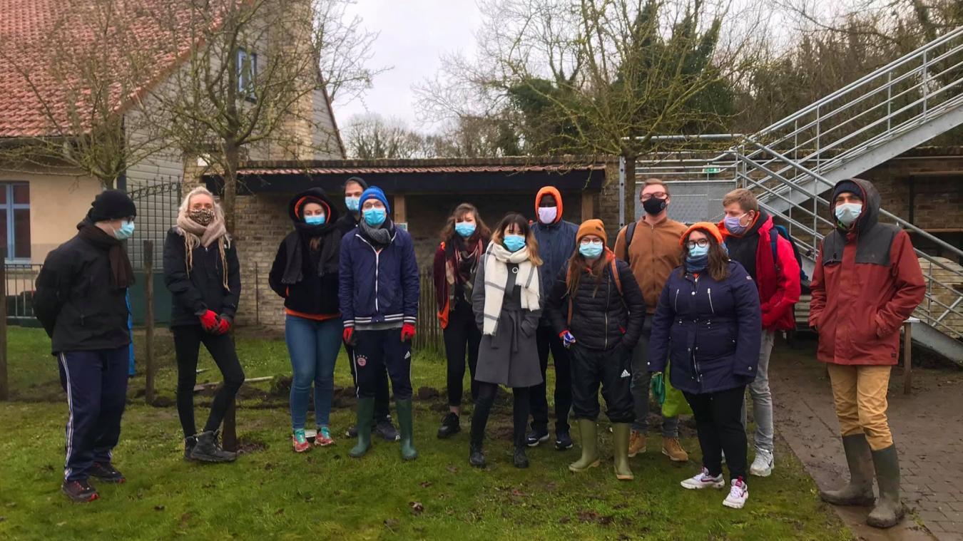 En février dernier, les Jeunes Ambassadeurs du Calaisis et l'association partenaire la S.A.P. ont construit un enclos au Centre Social et Culturel Cousteau, à Marck.