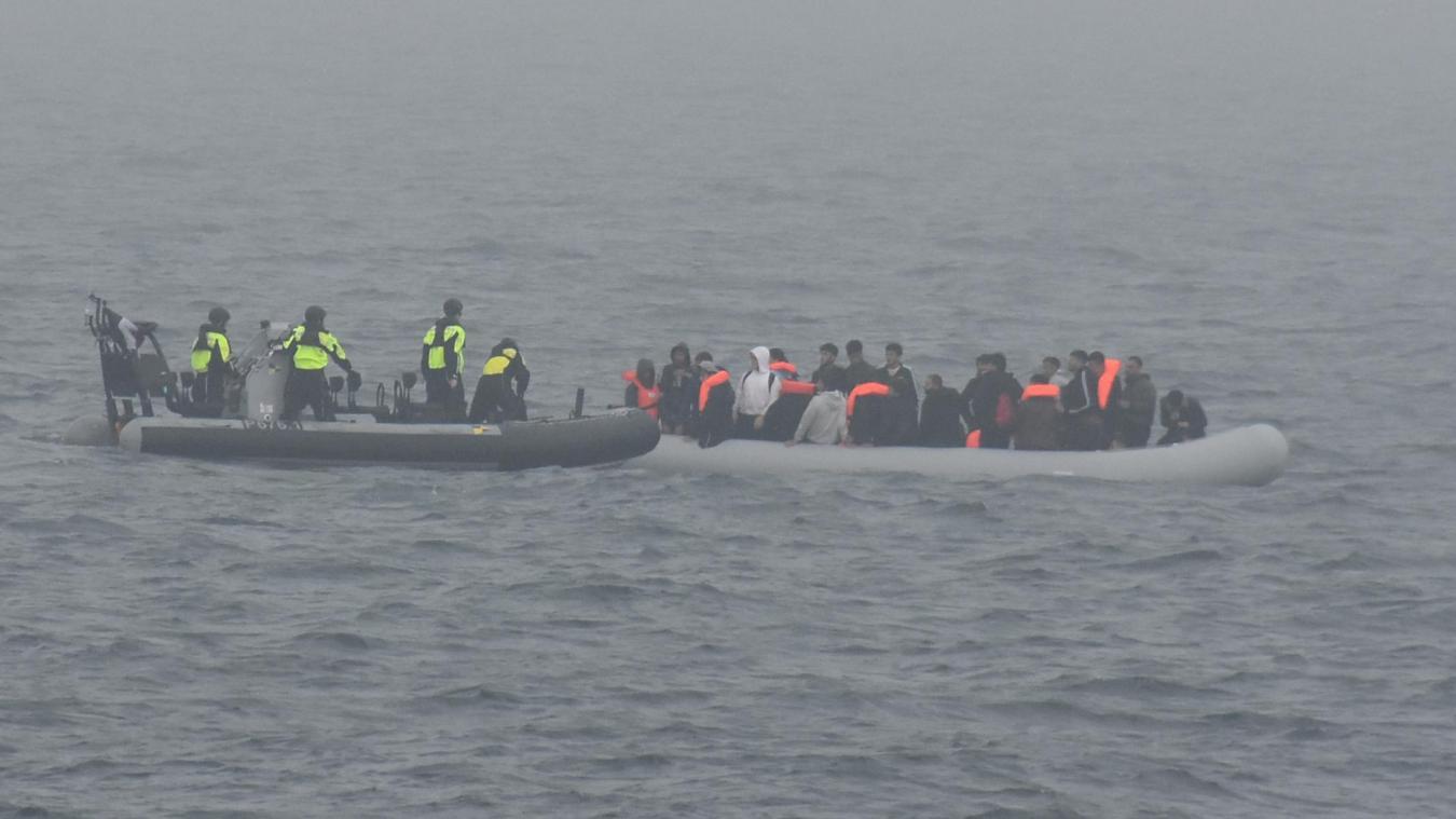 Quarante-deux migrants naufragés ramenés à quai au port de Boulogne