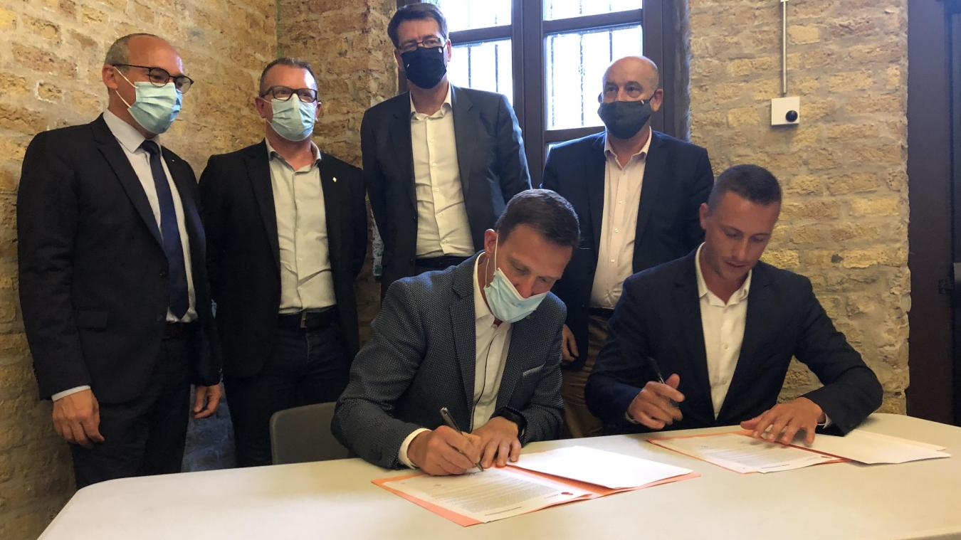 Jérémy Coudrais (à droite), président et fondateur de Recygroup, signe pour acheter une parcelle du site d'Ascométal de Leffrinckoucke en présence des différents élus du territoire.