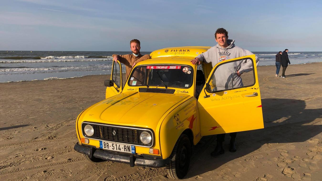 Simon Pinte (à gauche) et Simon Deblock (à droite) avec leur Renault 4L FA vont participer au 4L Trophy.